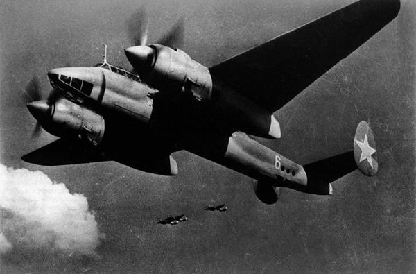 Tu-2 được thiết kế để đáp ứng yêu cầu về loại máy bay ném bom tốc độ cao hay ném bom bổ nhào với khoang chứa bom rộng, và tốc độ cao tương đương với máy bay tiêm kích.