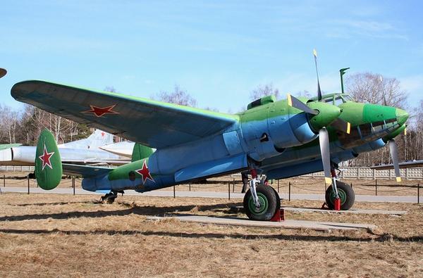 Tu-2 dài 13,80m, sải cánh 18,86m, cao 4,13m, trọng lượng cất cánh tối đa 11,7 tấn.