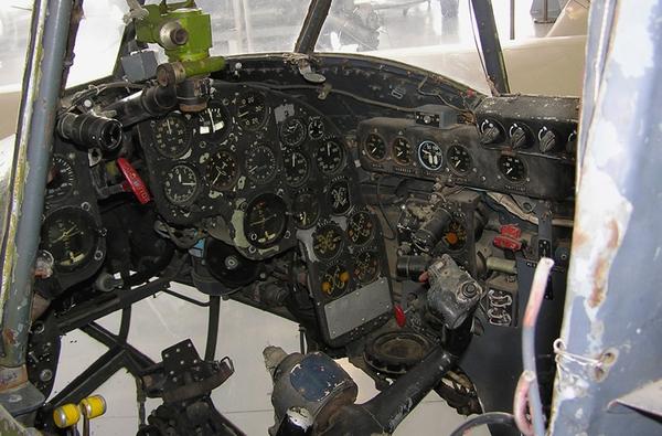 Máy bay được vận hành bởi một kíp lái 4 người.