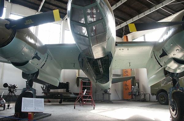 Khoang chứa bên trong máy bay mang được 1,5 tấn bom. Ngoài ra, máy bay còn trang bị 2 pháo 20mm và 3 súng máy 7,62mm để tự phòng vệ trên không chống máy bay tiêm kích địch.