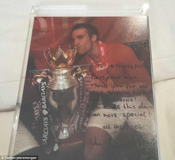 Mượn Cúp của Man United, Van Persie được dịp hả hê với CĐV Arsenal