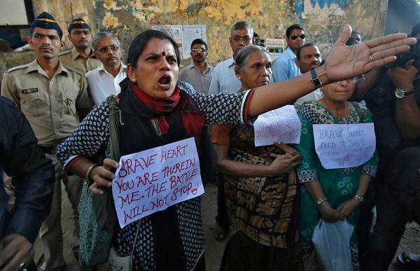 Người dân Ấn Độ biểu tình phản đối nạn hiếp dâm phụ nữ.