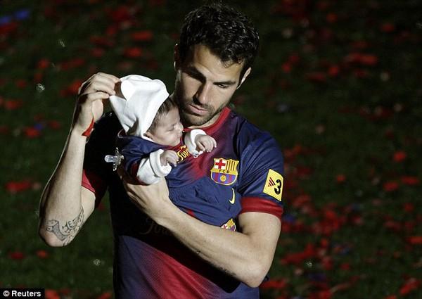 Cesc Fabregas trên đường rời Camp Nou