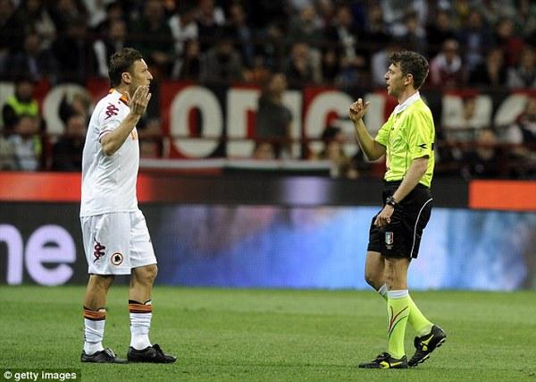 Balotelli bị lăng mạ, trận cầu Milan vs Roma đại loạn
