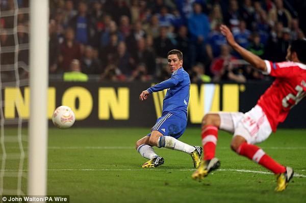 Fernando Torres ghi bàn mở tỉ số trận đấu