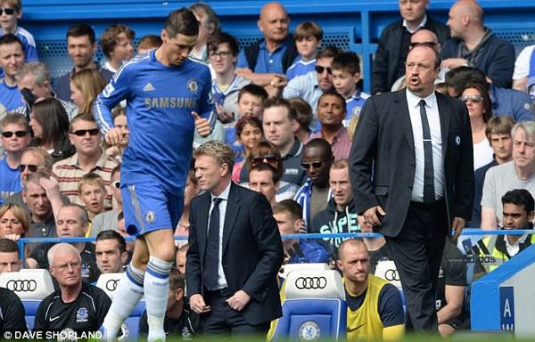 """Benitez """"lên lớp"""" với Mourinho"""