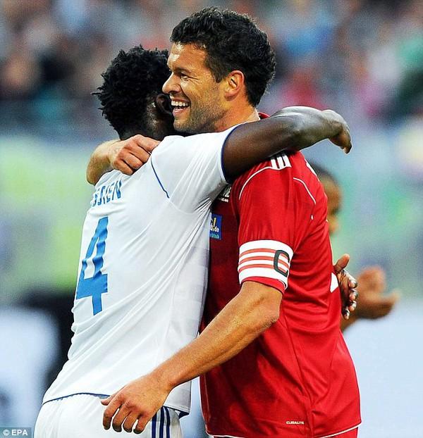 Essien đã ôm lấy người đồng đội cũ khi Ballack ghi bàn