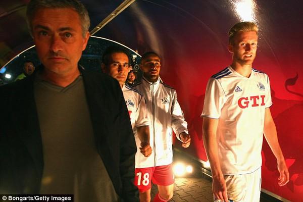 """Mourinho """"đi săn"""" ngay trong bữa tiệc chia tay Ballack"""
