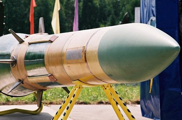 Đạn tên lửa 9M82M (nặng 5,8 tấn) thiết kế để đánh chặn tên lửa đạn đạo tầm ngắn – tầm trung ở cự ly 40km, tốc độ bay Mach 10. Trong nhiệm vụ tiêu diệt mục tiêu trên không, tầm bắn đạt tới 200km.