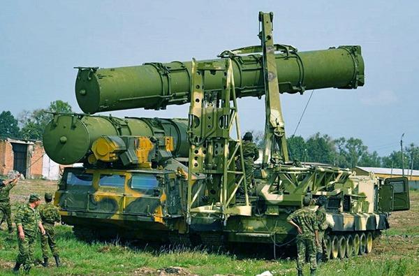 Xe nạp đạn 9A84 cẩu ống phóng chứa đạn tên lửa lên bệ phóng 9A82.