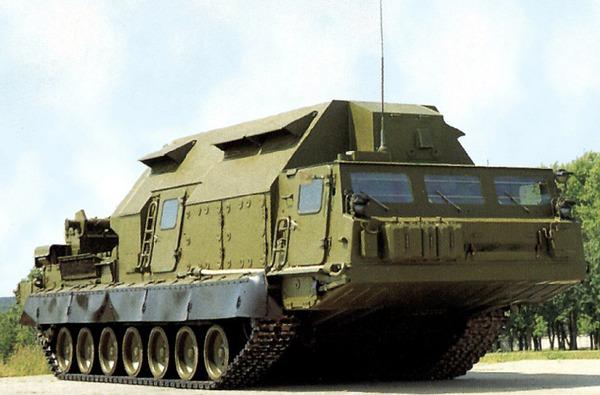 Trong vai trò đánh chặn tên lửa đạn đạo, S-300VM Antey 2500 tiêu diệt đồng thời 16 mục tiêu, cự ly tối đa 40km, độ cao 30km. Một tiểu đoàn S-300VM thường bao gồm các thành phần: radar điều khiển, radar trinh sát, xe phóng và các thành phần hỗ trợ. Trong ảnh là đài chỉ huy điều khiển 9S457 đặt trên xe bánh xích.