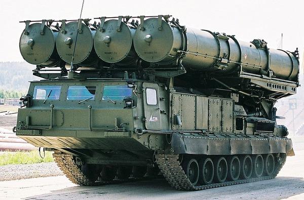 Hệ thống S-300VM Antey 2500 trang bị 2 loại xe phóng với 2 kiểu tên lửa phòng không tầm ngắn - tầm xa đánh chặn máy bay, tên lửa đạn đạo. Trong ảnh là xe phóng 9A83 với  4 ống phóng.