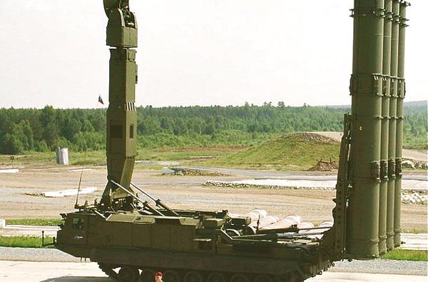 Xe phóng 9A83M trong tư thế chiến đấu với các ống phóng dựng thẳng đứng.
