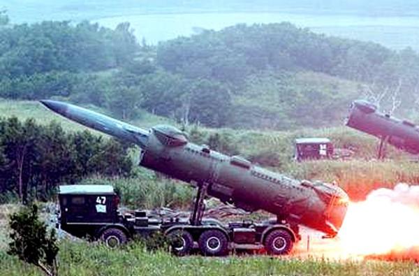 """Loại tên lửa """"khủng"""" nhất về tầm bắn và sức công phá thuộc về tên lửa hành trình chống tàu P-35 của hệ thống phòng thủ bờ biển 4K44 Redut. Trong ảnh là xe mang bệ phóng của hệ thống 4K44 thuộc Đoàn S79 Hải quân Nhân dân Việt Nam. Nguồn: báo QĐND"""