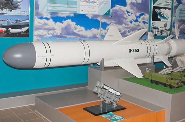 Tên lửa P-15 Termit cũng được trang bị cho tàu cao tốc tên lửa Osa II và tàu hộ tống project 1241RE. Trong ảnh là kỹ thuật viên nạp đạn P-15 lên bệ phóng tàu tên lửa project 1241RE.
