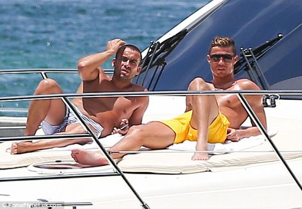 Tiền vệ Real diện chiếc quần màu vàng bắt mắt nằm tắm nắng