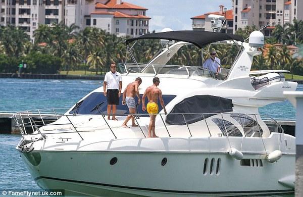 Cristiano Ronaldo thuê cả một chiếc du thuyền để vui vẻ cùng chiến hữu