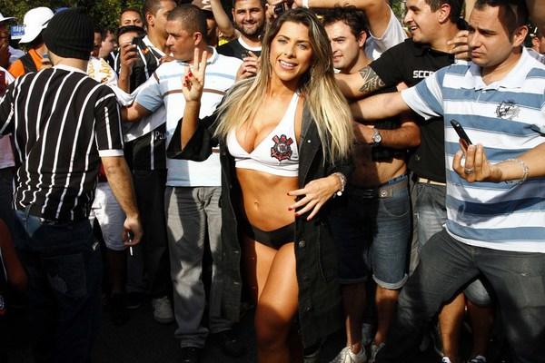 """Fan nữ uốn éo khoe """"đào tiên"""" mừng Corinthians chiến thắng"""