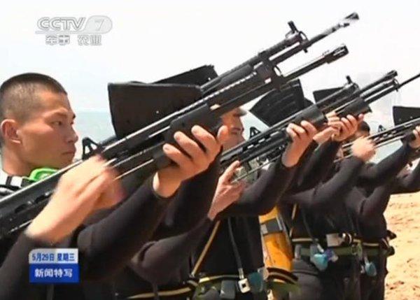 """Có nhiều ý kiến cho rằng loại súng trường QBS-06 của TQ có nhiều điểm """"na ná"""" so với súng trường dưới nước của Nga. Tuy nhiên, có một vài điểm khác biệt căn bản đã được quân đội TQ tiến hành cải tiến theo yêu cầu chiến đấu của riêng mình."""