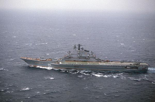 """""""Khủng nhất"""" trong số những tàu chiến thuộc Hạm đội Thái Bình (Hải quân Liên Xô) từng ghé vào Cam Ranh có lẽ là tàu sân bay Minsk. Con tàu thuộc lớp Kiev Project 1143 Krechyet có lượng giãn nước tới 45.000 tấn, dài 273m. Tàu sân bay Minsk mang được 30 máy bay gồm: 12 tiêm kích cất hạ cánh thẳng đứng Yak-38 và 16 trực thăng săn ngầm."""