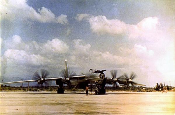 Trong ảnh là máy bay săn ngầm Tu-142 tại sân bay Cam Ranh.