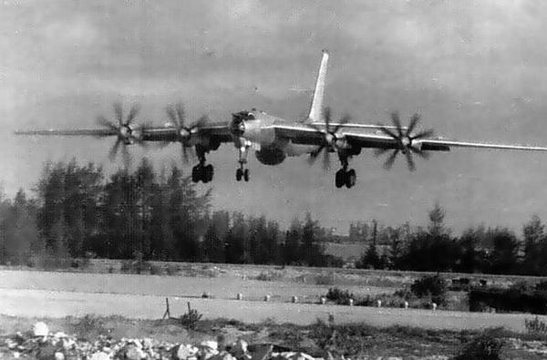 Chiếc Tu-142 chuẩn bị hạ cánh xuống sân bay Cam Ranh.