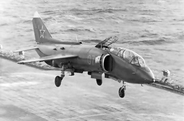 Mùa hè năm 1980, tàu sân bay Minsk đã ghé vào Cam Ranh trong khi làm nhiệm vụ chiến đấu ở Thái Bình Dương và Ấn Độ Dương. Trong ảnh là tiêm kích Yak-38 hạ cánh trên tàu Minsk tại Cam Ranh.