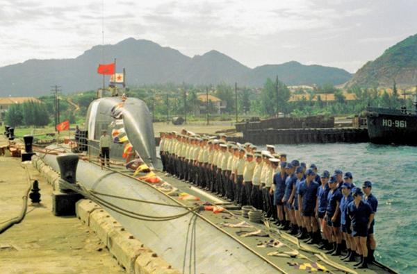 Ngoài đón tàu sân bay, tàu ngầm hạt nhân Liên Xô từng nhiều lần tiến vào Cam Ranh. Trong ảnh là thủy thủ đoàn tàu ngầm hạt nhân tấn công lớp Victor III Project 671RTM biên chế trong Sư đoàn tàu ngầm số 38 (Liên đội tàu chiến số 17) tại quân cảng Cam Ranh.