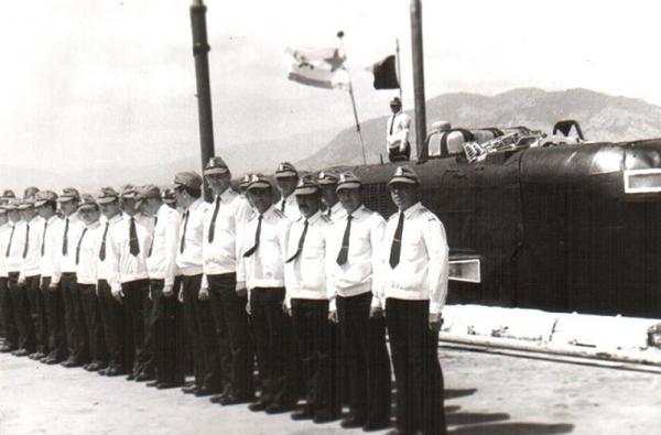 Trong ảnh là thủy thủ đoàn tàu ngầm hạt nhân tấn công lớp Echo II Project 675 thuộc Sư đoàn tàu ngầm số 38 (Liên đội tàu chiến số 17) tại quân cảng Cam Ranh, tháng 10/1982.