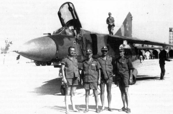 """Trong thời gian đóng tại quân cảng Cam Ranh, Liên Xô đã điều tới một trung đoàn không quân hỗn hợp (chiến đấu, tuần tra biển, vận tải). Đáng chú ý trong số máy bay được điều tới có 2 cái tên thuộc hàng """"top"""" của Liên Xô gồm: tiêm kích MiG-23 và máy bay săn ngầm Tu-142. Trong ảnh là tiêm kích đánh chặn cánh cụp cánh xòe MiG-23MLD sau chuyến bay thử ở sân bay Cam Ranh tháng 1/1985."""