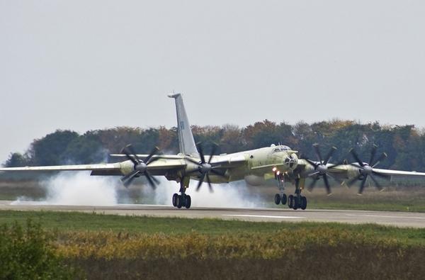 Cam Ranh cũng là nhà trong suốt nhiều năm của máy bay tuần tra biển – săn ngầm Tu-142. Đây là loại máy bay được thiết kế dựa trên máy bay ném bom chiến lược Tu-95 với khả năng mang lượng lớn vũ khí, tầm bay xa.