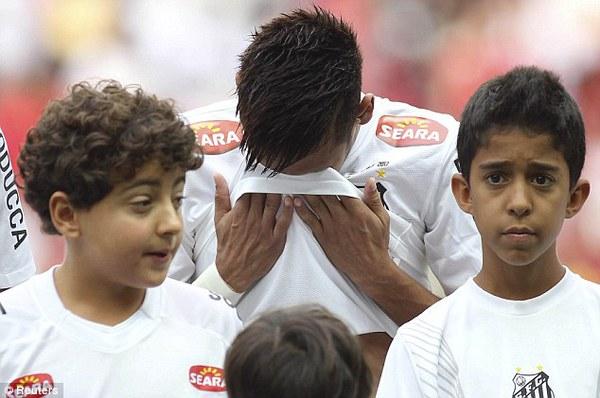 Neymar không kìm được nước mắt