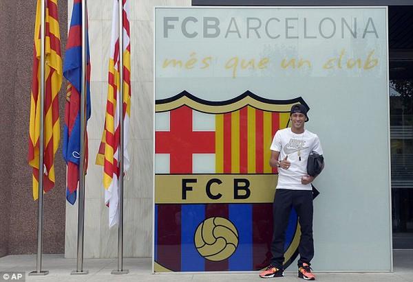 Neymar chụp hình lưu niệm trước đại bản doanh Nou Camp