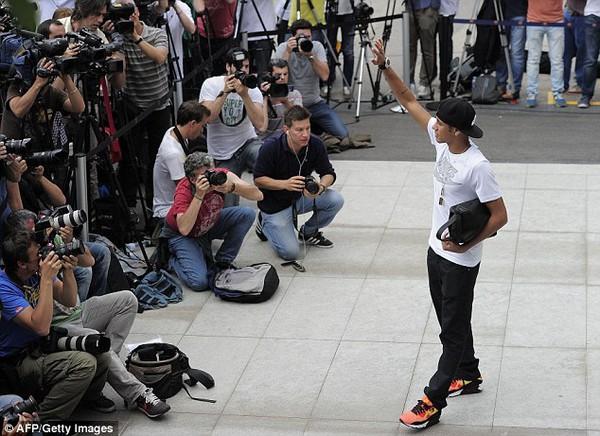"""Cánh phóng viên vây quanh """"tiểu Pele"""""""
