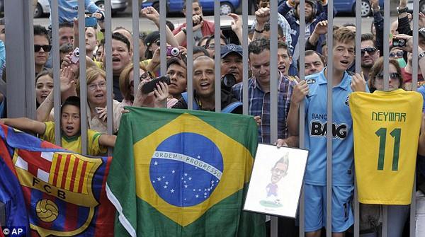Hàng nghìn CĐV vây chật cứng quanh Nou Camp chờ đợi sự xuất hiện của Neymar