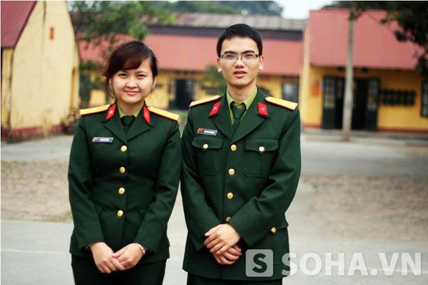 Thiếu úy Lê Thu Trang cùng đồng nghiệp.