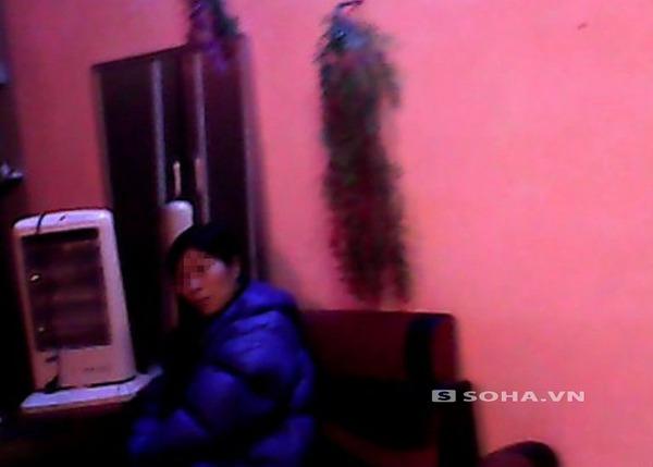 Nữ nhân viên hành nghề tẩm quất thư giãn đang chờ khách tại một quán ở khu vực Nhổn.
