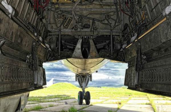 Cửa khoang bom máy bay đã bị mở ra, việc này không ảnh hưởng gì vì đấy chỉ là cái vỏ không.