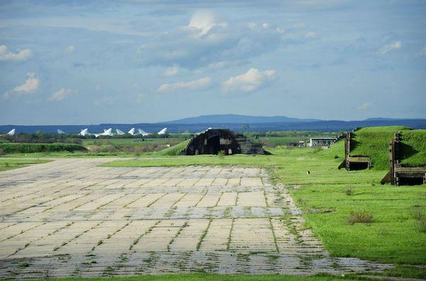 Căn cứ này có khoảng 30 chiếc máy bay siêu âm ném bom hạng nặng tầm xa Tupolev Tu-22M bị bỏ rơi.