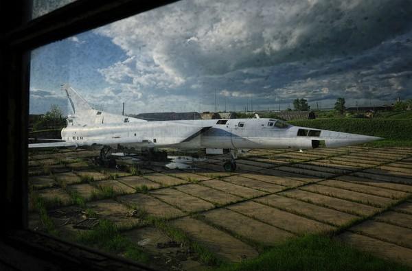 """Một chiếc Tu-22M dường như đã không còn """"ruột"""", tất cả đều bị phá hủy."""