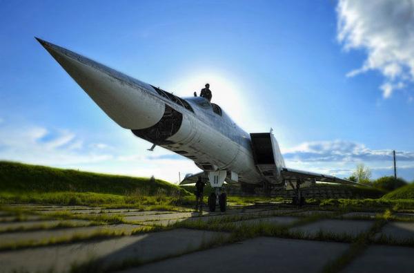 Tu-22M có thể mang nhiều loại bom khác nhau bao gồm cả bom hạt nhân với sức chứa lên tới 21.000kg. Trong nhiệm vụ chiến đấu, Tu-22M thường mang 69 quả bom FAB-250 và 8 quả bom FAB-1500.