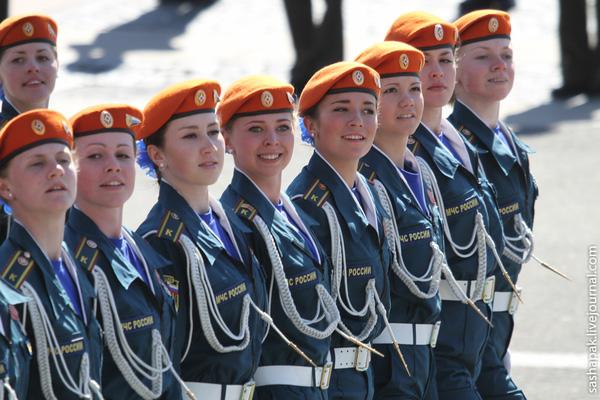 Đội hình nữ quân nhân Nga đánh mặt và đi nghiêm bước qua lễ đài, họ nổi bật hơn với chiếc mũ nồi màu đỏ đội trên đầu.