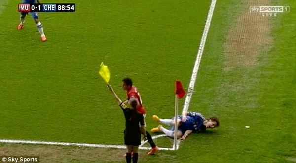"""Sir Alex nổi khùng ví Luiz """"như thiên nga giãy chết"""""""