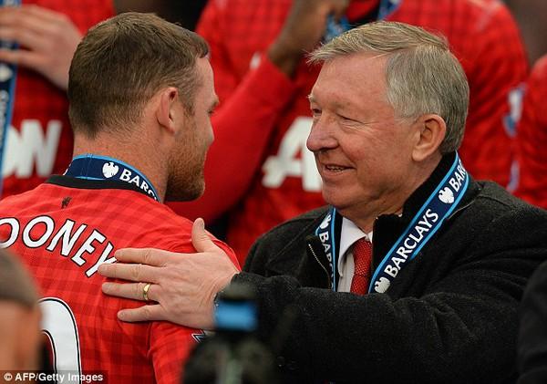 """Khoảnh khắc chia tay """"qua loa"""" của Sir Alex và Rooney"""