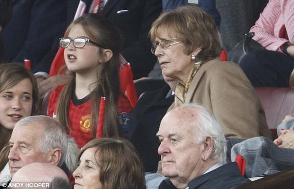 Bà xã Cathy đến theo dõi trận đấu cuối cùng của chồng trân sân nhà Old Trafford