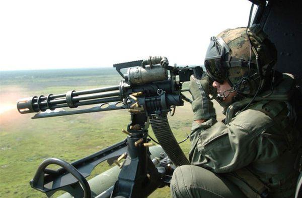 Súng máy M134 kết cấu với cụm 6 nòng súng cỡ 7,62mm kết hợp động cơ chạy điện để làm xoay nòng súng, đồng thời đẩy đạn lên nòng, đập kíp nổ. Nhờ có động cơ điện, M134 có tốc độ bắn cực cao, khoảng 6.000 phát/phút.