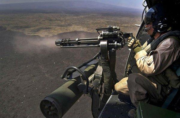 Do khá nặng, nên M134 thường được quân đội Mỹ đưa lên lắp trên giá vũ khí trực thăng vận tải, xe bọc thép hạng nhẹ làm nhiệm vụ hỗ trợ hỏa lực. Trong ảnh là binh sĩ Mỹ đang điều khiển khẩu M134 trên trực thăng.
