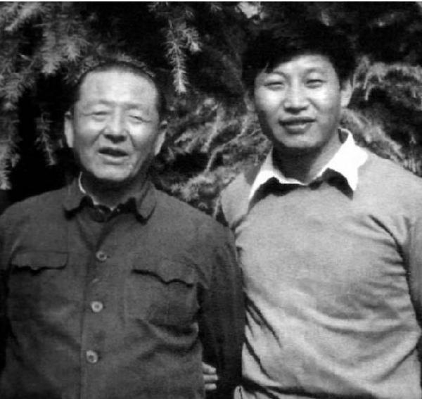 Ông Tập Cận Bình (phải) cùng bố.