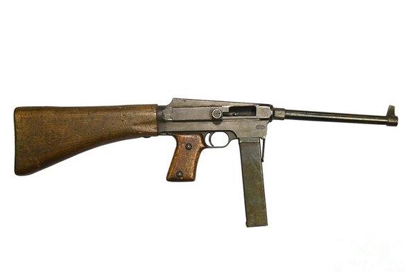 """Trong ảnh là súng tiểu liên MAS-38 do nhà máy vũ khí St Etience của Pháp sản xuất từ năm 1935, chính thức đưa vào trang bị từ 1938. MAS-38 được quân đội viễn chinh Pháp sử dụng phổ biến với số lượng lớn trong giai đoạn đầu chiến tranh xâm lược Đông Dương. Hàng ngàn khẩu bị Quân đội Nhân dân Việt Nam tịch thu và được sử dụng trong chiến đấu dưới cái tên """"tiểu liên Mát"""". MAS-38 dùng cỡ đạn 7,62x20mm, tốc độ bắn 600 phát/phút, tầm bắn hiệu quả 50-100m."""