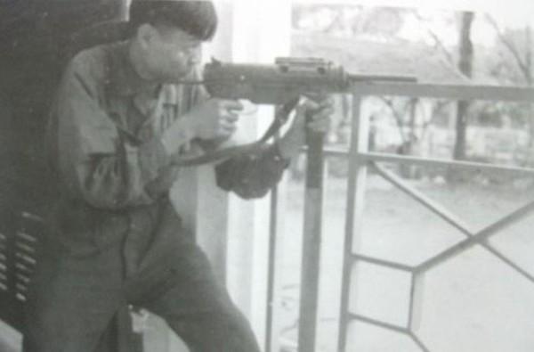 """Đặc biệt, một số biến thể kiểu 37 được quân giới Việt Nam cải tiến gắn thêm nòng giảm thanh để trang bị cho các đơn vị đặc công, biệt động và thường được biết đến dưới cái tên """"tiểu liên Mã Lai"""". Loại tiểu liên M3 dùng đạn 11,23x23mm (hoặc 9x19mm với một số biến thể), hộp tiếp đạn 30 viên, tốc độ bắn 450 phát/phút, tầm bắn hiệu quả 50m."""